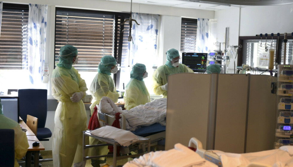 Funn blant pasienter syke av covid-19 viser en forhøyet sannsynlighet for å utvikle blodpropp i lungene. Nå advares andre leger om muligheten. Vestre Viken HF har selv tatt bilder fra innsiden av civid-posten på Bærum sykehus som viser personale iført smittevernutstyr under behandling av koronasmittet pasient. Foto: Vestre Viken HF / NTB scanpix