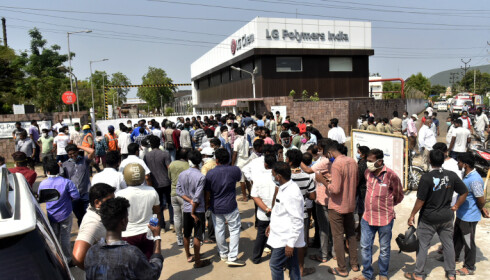 En folkemengde samles utenfor fabrikken til LG Polymers torsdag. Den giftige gassen styrene lekket fra fabrikken tidlig torsdag, og flere personer er døde som følge av lekkasjen. Foto: AP / NTB scanpix