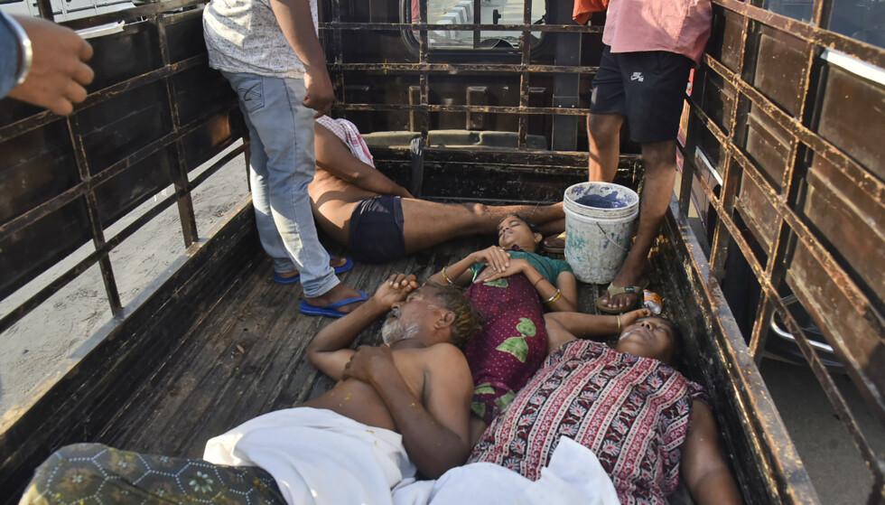 Mange personer hadde problemer med å puste og kollapset etter å ha inhalert gassen styrene i byen Visakhapatnam i India torsdag. Disse personene ble fraktet til sykehus på lasteplanet til en lastebil. Foto: AP / NTB scanpix