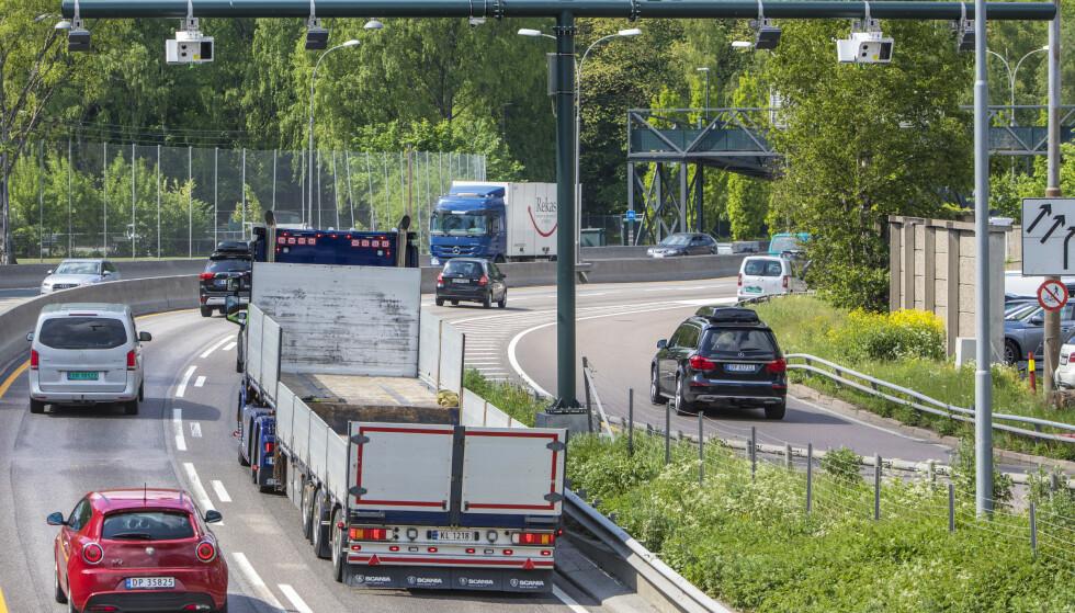 At samfunnet nå gradvis åpner etter at regjeringen letter på koronatiltakene, gjør at også trafikken øker. Her en bomstasjon sett fra Bygdøylokket mot Skøyen. Foto: Ole Berg-Rusten / NTB scanpix