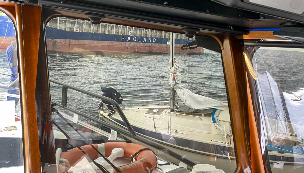 Bilde tatt fra redningsskøyta «Inge Steensland» som bisto med henting av asylsøker som ble funnet drivende i en seilbåt midt i Skagerrak 1. mai Foto: RS Inge Steensland / NTB scanpix
