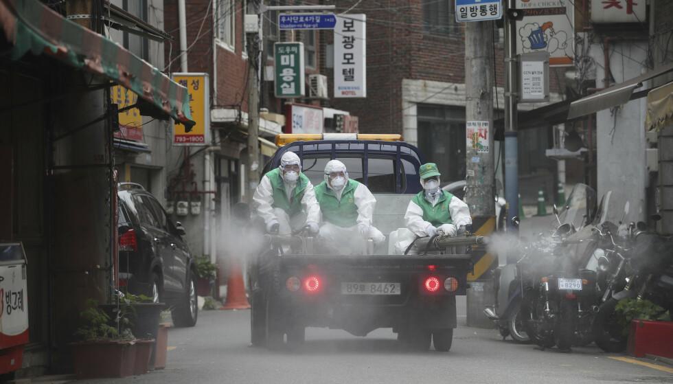 Gater i Seoul desinfiseres. Foto: Im Hwa-young / Yonhap via AP / NTB scanpix