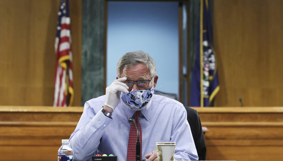 FBI mistenker senator Richard Burr for å ha solgt aksjer basert på informasjon han fikk som leder for etterretningskomiteen i Senatet. Én uke etter at han kvittet seg med aksjene, stupte de amerikanske børsene. Foto: AP / NTB scanpix