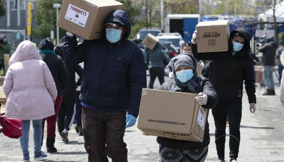 Millioner av amerikanere får ikke lenger endene til å møtes og er avhengige av matvarehjelp for å holde sulten unna, som her i Chelsea i Massachusetts. Foto: AP / N TB scanpix
