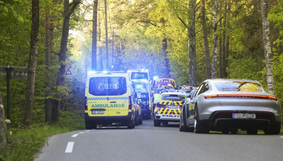 Føreren av en bil som krasjet i et tre på Jeløya i Moss kommune, er fløyet til traumebehandling i luftambulanse. Foto: NYHETSTIPS.NO / NTB scanpix