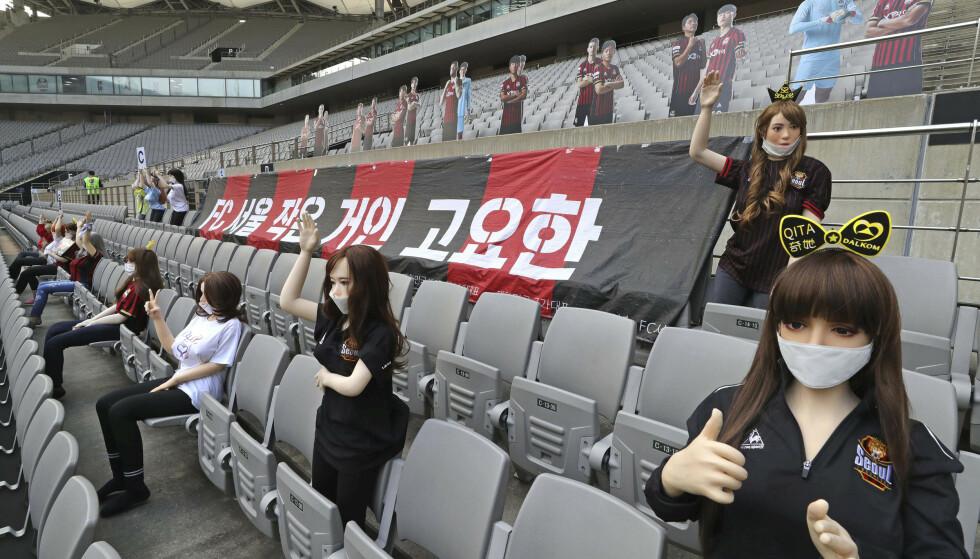 Dukkene som ble brukt på tribunene i sørkoreansk fotball skaper debatt. Foto: Ryu Young-suk, Yonhap via AP / NTB scanpix