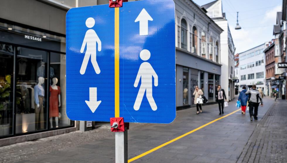 Dagliglivet begynner så vidt å vende tilbake i Danmark. I Aalborg er det malt gul stripe midt i gågaten, som en påminnelse om å holde sosial distanse. Foto: Ritzau / AP / NTB scanpix