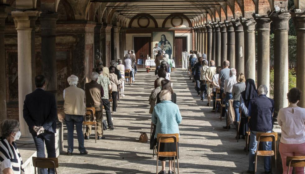 En messe gjennomføres i kirken Fontana i Milano. Foto: Luca Bruno / AP / NTB scanpix