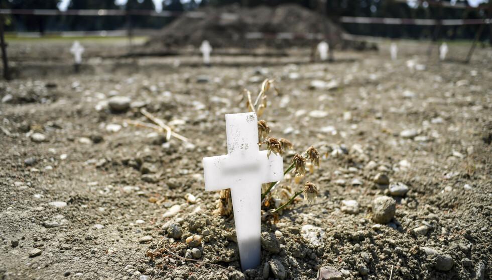 Midlertidige hvite kors ved alle ferske graver ved Maggiore-gravplassen i Milano. Tall fra det italienske trygdevesenet kan tyde på at antall døde som følge av virusutbruddet i Italia er langt høyere enn først antatt. Foto: Claudio Furlan / LaPresse / AP / NTB scanpix