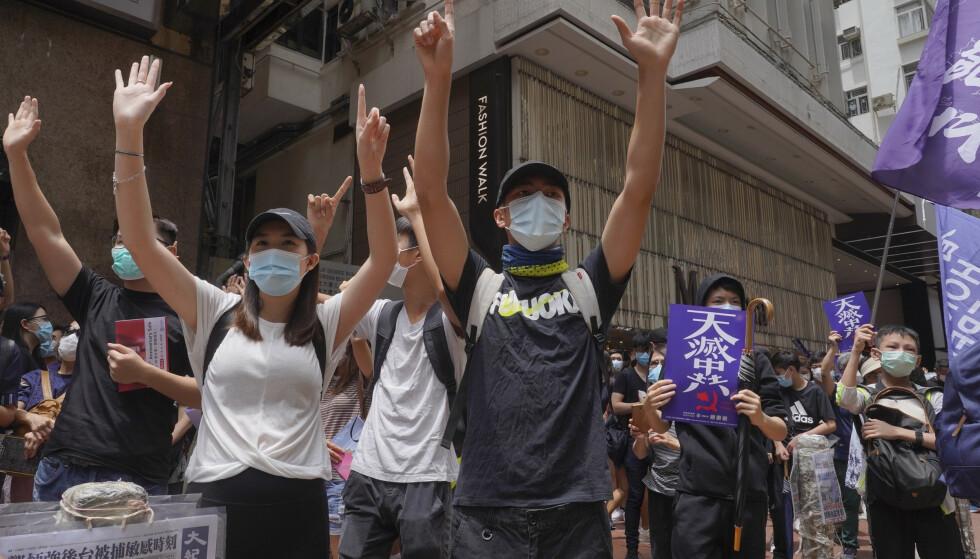 Aktivister i protest mot Kinas nye sikkerhetslov for Hongkong i sentrum av Hongkong søndag. Foto: Vincent Yu / AP / NTB scanpix