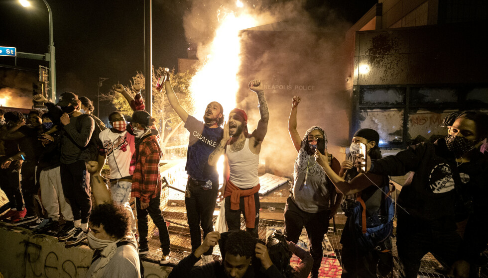 Opptøyene i Minneapolis fortsatte natt til fredag og en av politistasjonene i byen ble okkupert og påtent av demonstranter. Foto: AP / NTB scanpix