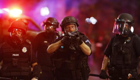 Store politistyrker forsøker å gjenopprette ro i Minneapolis, og guvernøren har tilkalt Nasjonalgarden. Foto: AP / NTB scanpix