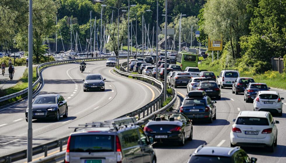 Det er tett trafikk ut fra Oslo sentrum på E18 ved Frognerkilen fredag ettermiddag. Foto: Stian Lysberg Solum / NTB scanpix