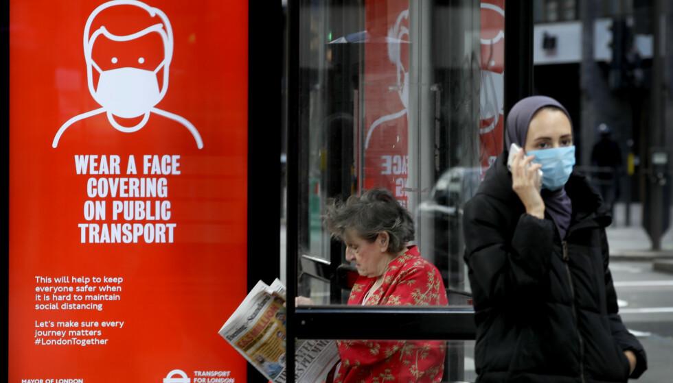 Fra neste uke blir det påbudt med munnbind for alle som reiser med offentlig transport i England. Foto: AP / NTB scanpix