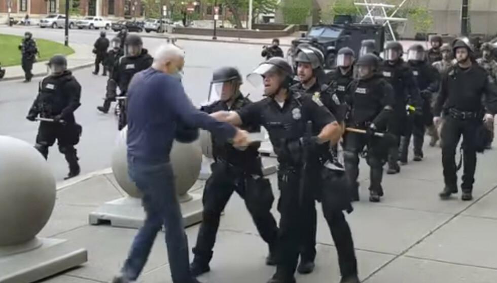 Et bilde fra videoen som viser hvordan 75 år gamle Martin Gugino ble dyttet av politiet i Buffalo i delstaten New York. Foto: Mike Desmond / WBFO / AP / NTB scanpix