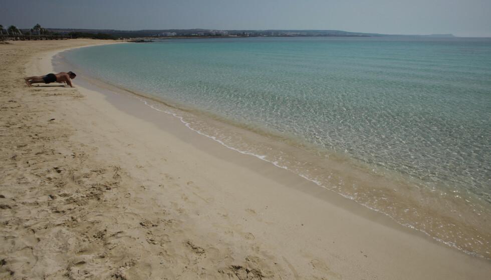 En nærmest folketom strekning av Makrinissos-stranda i Ayia Napa på Kypros 13. mai. Arkivfoto: Petros Karadjias / AP / NTB scanpix