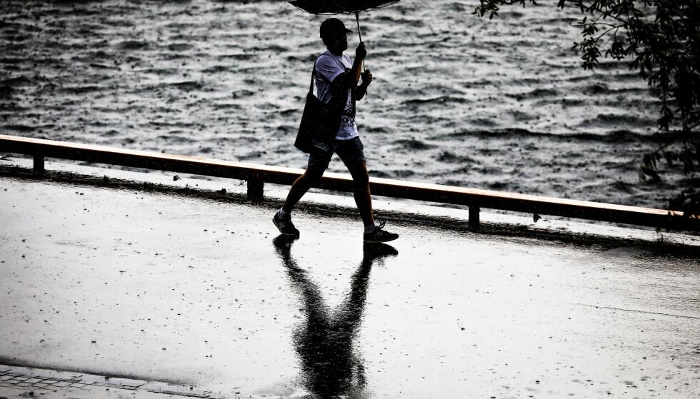 Fenomenet styrtregn – et kraftig regnvær som kommer plutselig og varer kort tid – er blitt stadig vanligere i Norge de siste årene. Nå kommer et eget varsel for denne regntypen. Foto: Ørn E. Borgen / NTB scanpix