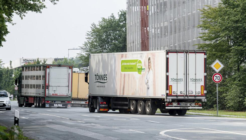 Lastebiler kjører bort fra slakteanlegget i Rheda-Wiedenbrück i Tyskland onsdag. Foto: dpa via AP / NTB scanpix