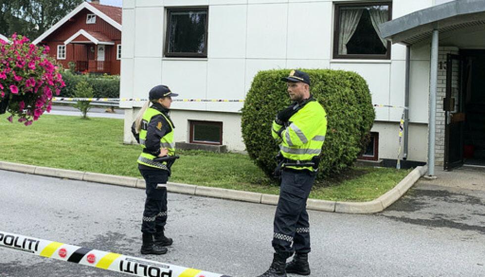 Politiet er på stedet etter at en kvinne i 60-årene døde etter knivstikking i Halden. En mann i 30-årene er pågrepet. Foto: Trine Bakke Eidissen / Halden Arbeiderblad / NTB scanpix