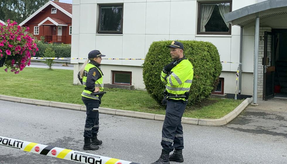 Politiet på stedet etter at en kvinne i 60-årene døde etter knivstikking i Halden. En mann i 30-årene er pågrepet. Foto: Trine Bakke Eidissen / Halden Arbeiderblad / NTB scanpix