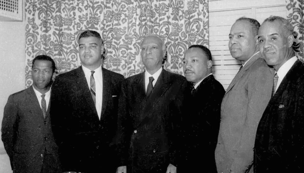 De seks lederne for USAs største svarte borgerrettighetsorganisasjoner fotografert sammen på Roosevelt Hotel i New York i 1963: Fra venstre: Jon Lewis, Whitney Young, A. Philip Randolph, Martin Luther King Jr. James Farmer og Roy Wilkins. Foto: Harry Harris / AP / NTB scanpix