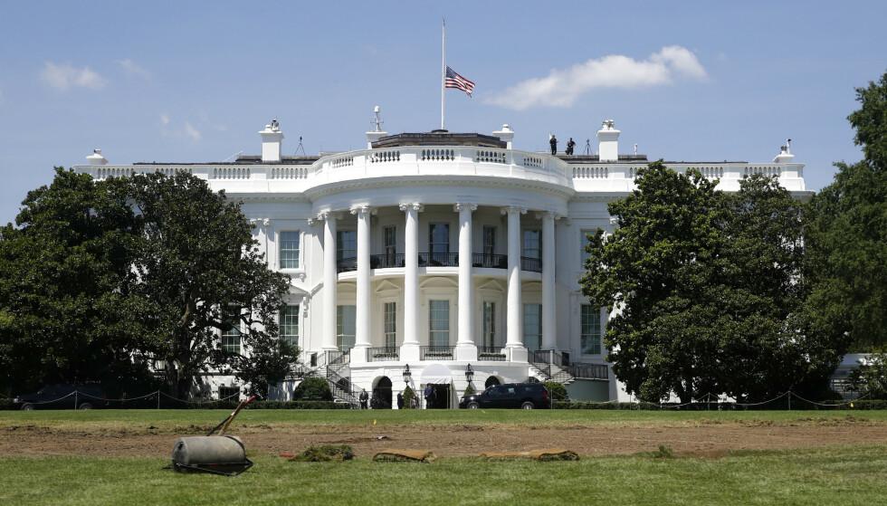 Det hvite hus flagget på halv stang lørdag til minne om den demokratiske kongressmannen og borgerrettsforkjemperen John Lewis, som døde dagen før. Foto: Patrick Semansky / AP / NTB scanpix