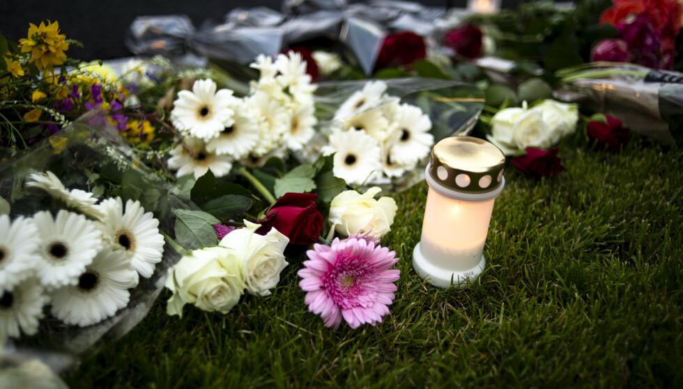 Lys og blomster er satt opp for de to barna som ble funnet drept søndag 19. juli. Foto: Annika Byrde / NTB scanpix