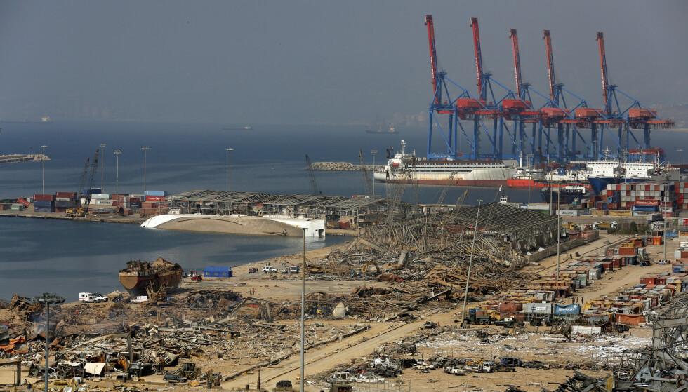 Havneområdet i Beirut, der 2.750 tonn ammoniumnitrat gikk i lufta tirsdag, er lagt i grus, og redningsmannskaper leter etter savnede. Foto: Thibault Camus/AP/NTB Scanpix