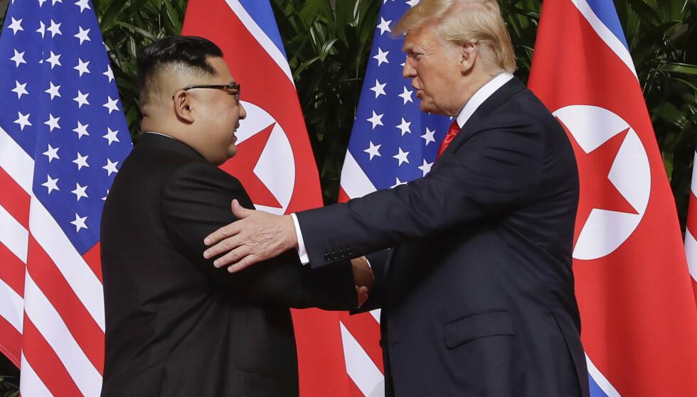 Tonen har ikke alltid vært god mellom Kim Jong-un og Donald Trump. En ny bok skal gi innblikk i brevvekslingen mellom de to lederne. Arkivfoto: Evan Vucci/AP/NTB Scanpix