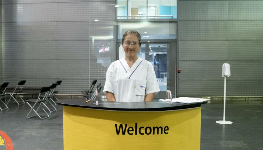 Åpning av nytt testsenter for koronavirus i ankomsthallen på Oslo lufthavn. Sykepleier Signe Aas ved LHL tar imot dem som ønsker å teste seg. Foto: Fredrik Hagen / NTB scanpix