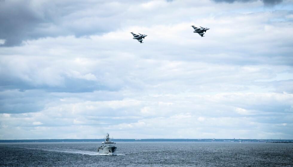 Et bilde lagt ut av det svenske forsvaret tirsdag viser svenske jagerfly og marinefartøy i Østersjøen. Foto: Antonia Sehlstedt / AP / NTB scanpix