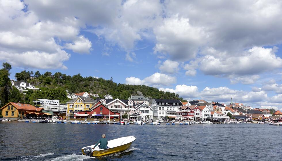 Sol, båter og turister på en sommerdag i Kragerø. Meteorologene varsler at det fortsatt skal være sommertemperaturer i Sør-Norge, så det er fullt mulig å ta en båttur den siste helga i august. Foto: Marianne Løvland / NTB scanpix