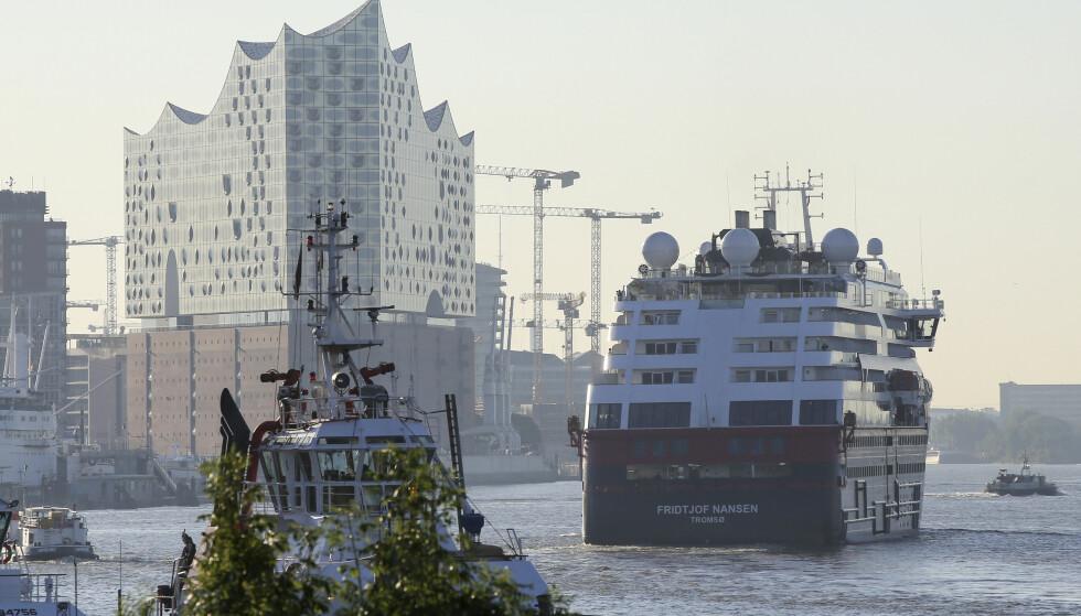 Hurtigruteskipet MS Fridtjof Nansen på vei inn i havna i Hamburg 7. august. Onsdag ble det kjent at en belgisk passasjer på cruiseskipet fikk påvist covid-19 og døde i april etter at han hadde vært på reise i mars. Foto: Bodo Marks / DPA / AP / NTB scanpix