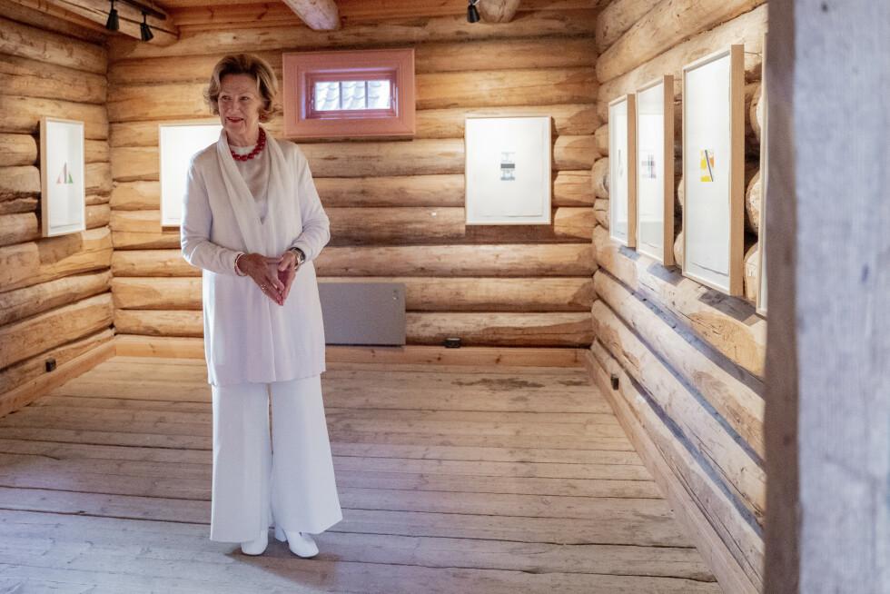 Greker 20200827.  Dronning Sonja er tilstede p Soli Brug i Greker hvor hun viser frem sine nye kunstutstillinger. Foto: Fredrik Hagen / NTB scanpix