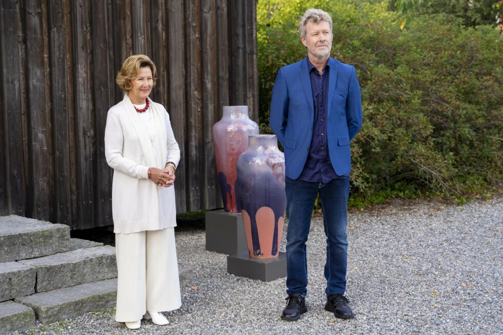Greåker 20200827.  Dronning Sonja og Magne Furuholmen er tilstede på Soli Brug i Greåker hvor de viser frem sine nye kunstutstillinger. Foto: Fredrik Hagen / NTB scanpix