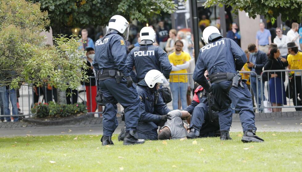 En person som prøvde å komme seg fram til Sian-grupperingen ble lagt i bakken av Oslo-politiet. Foto: Geir Olsen / NTB scanpix