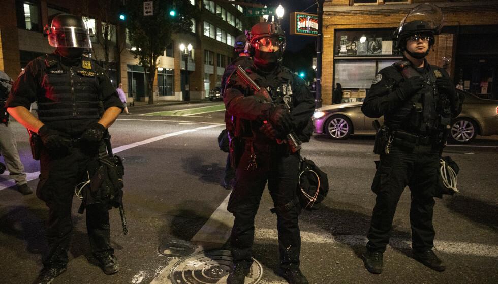 Politiet i Portland holder vakt i sentrum av Portland lørdag. Foto: Paula Bronstein / AP 7 NTB scanpix