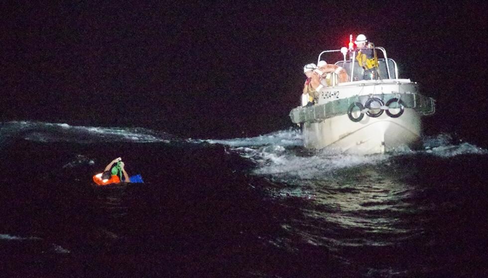 En mann blir reddet opp av vannet utenfor øya Amami Oshima i Japan. Mannen var en av de 43 personene om bord lasteskipet som er savnet etter å ha sendt ut nødsignal onsdag morgen Foto: Den japanske kystvakta / AP / NTB scanpix
