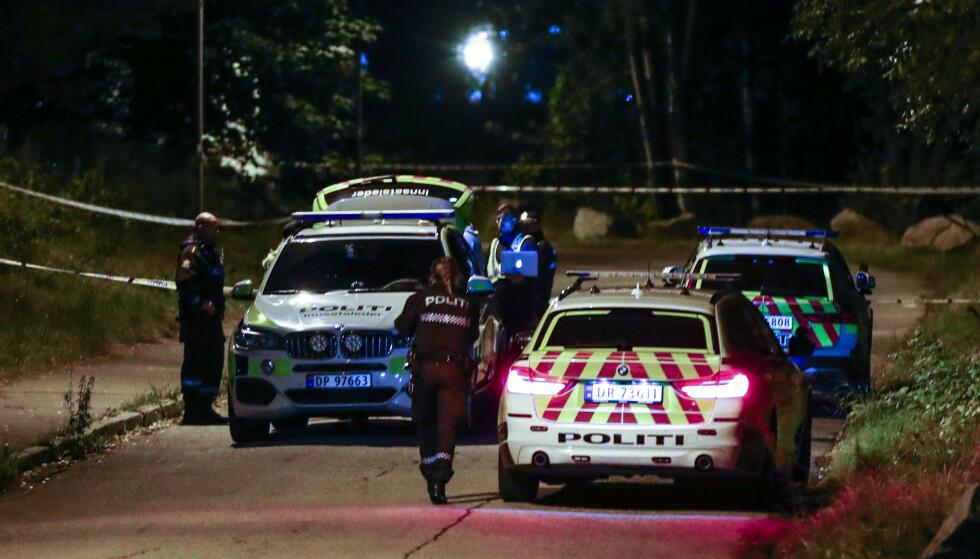 Politiet søker etter flere gjerningspersoner etter at en mann i 30-årene ble knivstukket på åpen gate i Bredtvetveien i Groruddalen nordøst i Oslo søndag kveld. Foto: Terje Pedersen / NTB scanpix