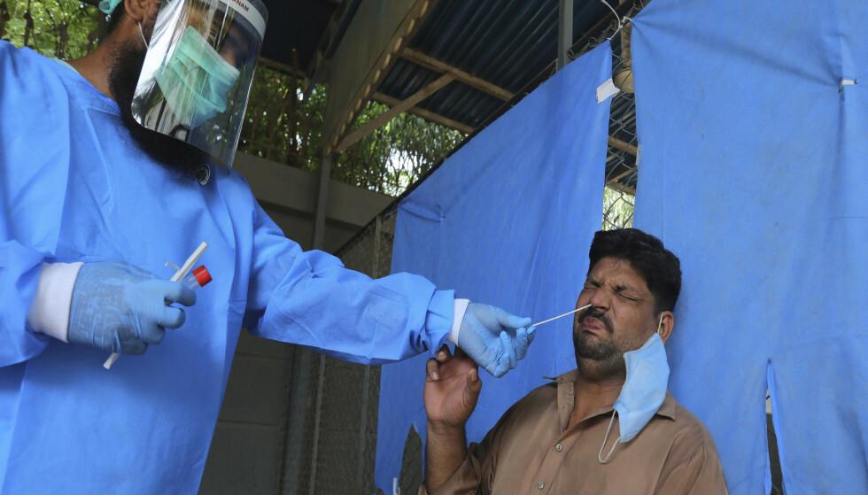 Coronatesting på et sykehus i Karachi i august. Foto: Fareed Khan / AP / NTB scanpix