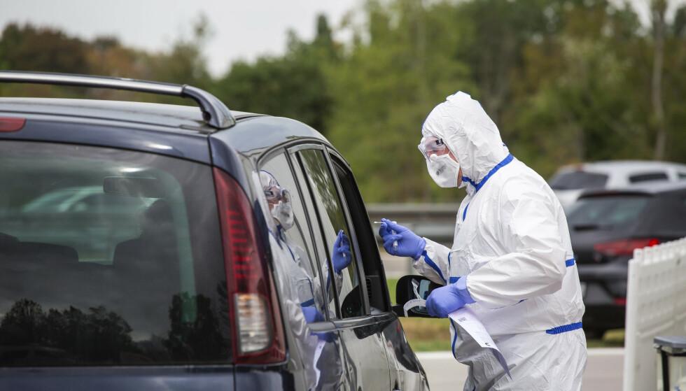 Folk testes for coronasmitte på en parkeringsplass ved grensa mellom Frankrike og Tyskland. Foto: Philipp von Ditfurth / dpa via AP / NTB scanpix