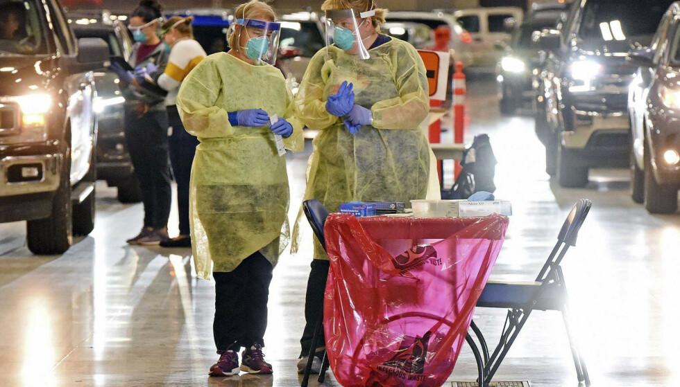 Helsearbeidere ikledd fullt smittevernutstyr. Nederlandske forskere tror en eventuell immunitet mot det nye koronaviruset varer rundt ett års tid. Foto: Tom Stromme / The Bismarck Tribune via AP / NTB scanpix