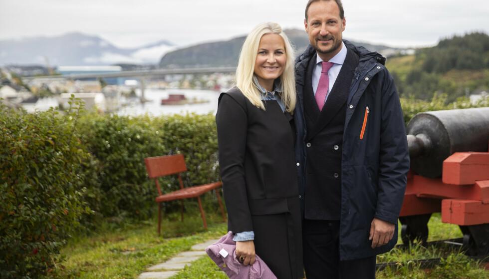 Kronprins Haakon og kronprinsesse Mette-Marit under kronprinsparets besøk i Kristiansund tidligere denne uka. Nå forteller kronprinsen om hvordan han opplevde hjemmetilværelsen under coronatiltakene i våres. Foto: Berit Roald / NTB