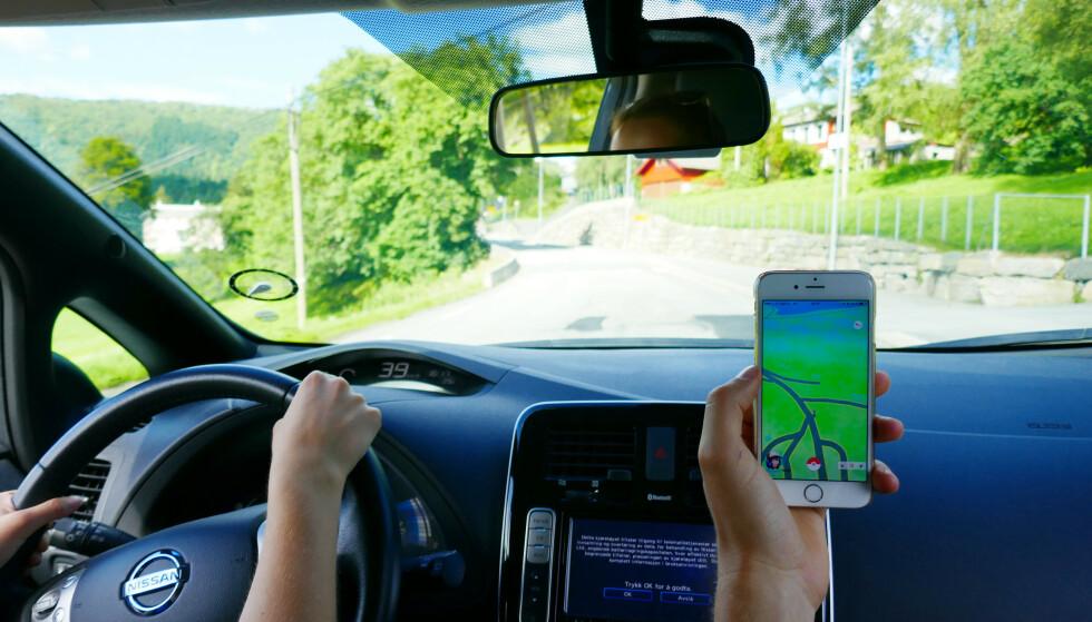 Passasjerer kan bruke mobilen i bilen, men kan sjåføren gjøre det samme i stillestående kø og ved rødt lys? Det skal Høyesterett avgjøre. Foto: Erik Johansen / NTB