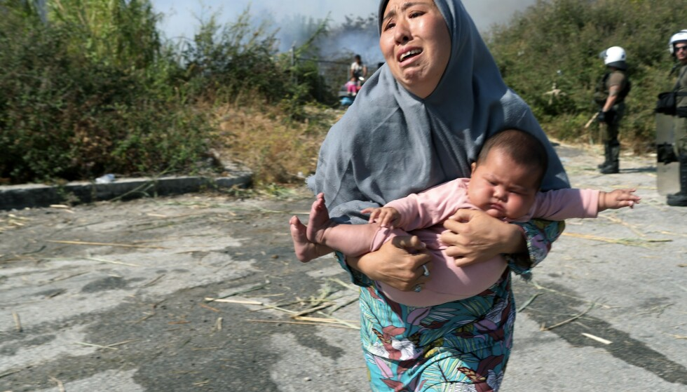 Mange flyktninger og asylsøkere er uten tak over hodet etter de voldsomme brannene i Moria-leiren på Lesvos i forrige uke. Foto: AP / NTB