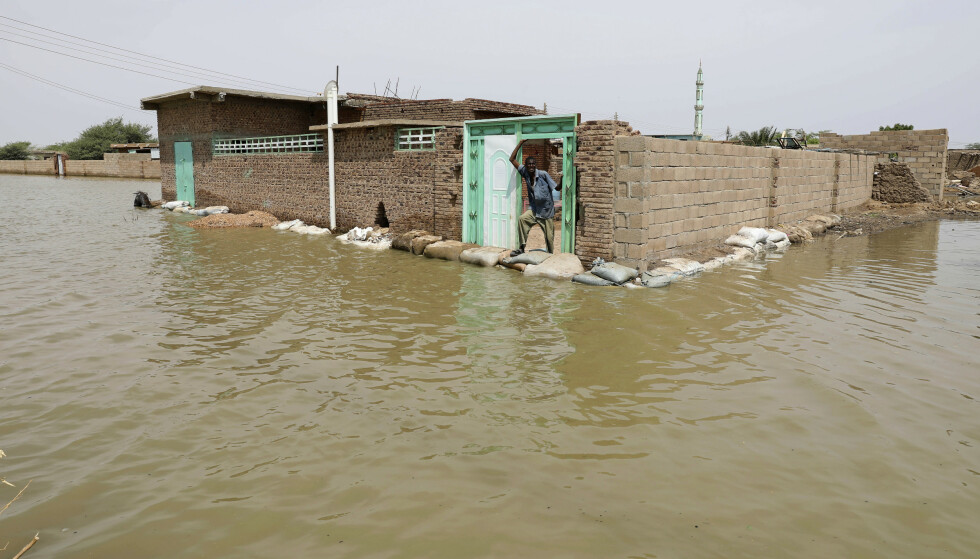 En mann står i døråpningen av et hus omgitt av vann i Salmaniya. Mange har forsøkt å bruke sandsekker for å holde vannet ute fra hjemmene sine. Foto: Marwan Ali / AP / NTB