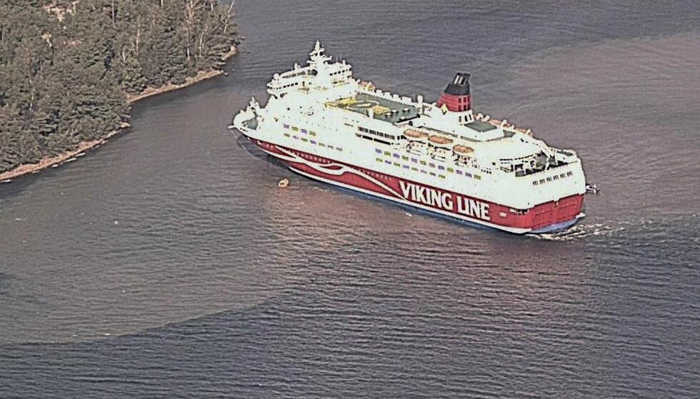 Viking Line-ferja står på grunn ved Åland. Foto: Finsk grensevakt / NTB