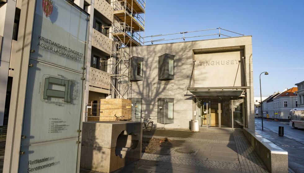 En taxisjåfør i 20-årene er tiltalt for uaktsomt drap etter at en 89 år gammel mann ble påkjørt i et fotgjengerfelt i Kristiansand i desember i fjor.