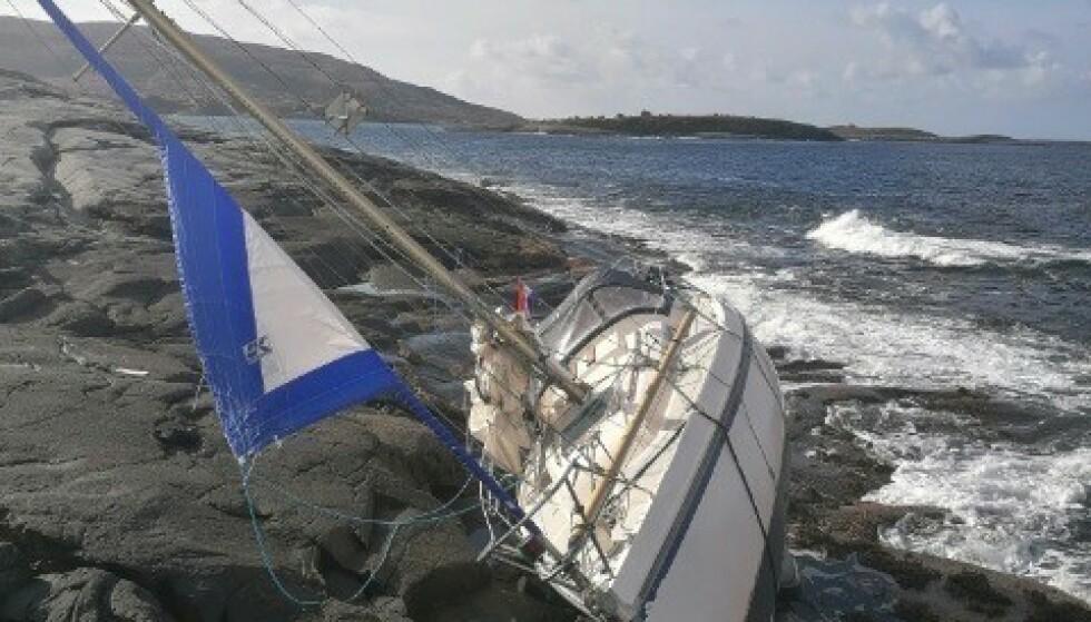 En seilbåt med nederlandsk flagg funnet på land ved Urholmen på Flatanger. Foto: Hovedredningssentralen / NTB