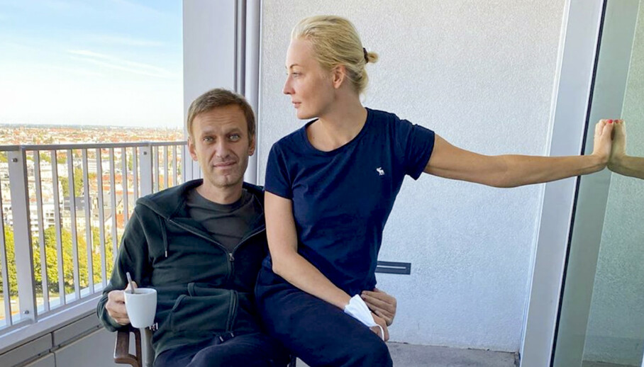 Aleksej Navalnyj sammen med sin kone Julia på sykehuset i Berlin. Foto: Instagram via AP / NTB